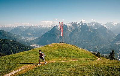 Boy hiking on trail, Bludenz, Vorarlberg, Austria - p429m2153046 by ©JFCreatives