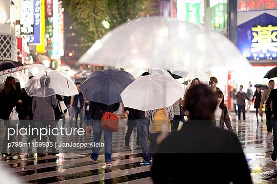 Straßenszene in Tokio - p795m1159935 von Janklein