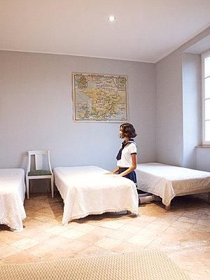Girl wearing uniform - p1105m2128789 by Virginie Plauchut