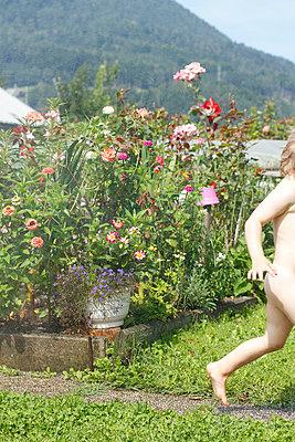 Kleines Kind rennt durch den Garten - p1195m1467474 von Kathrin Brunnhofer