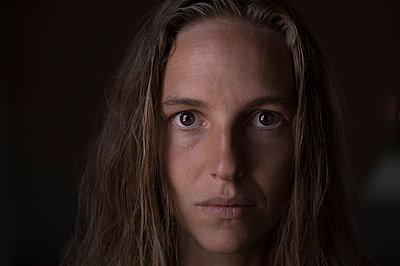 Portrait of woman - p552m1169784 by Leander Hopf