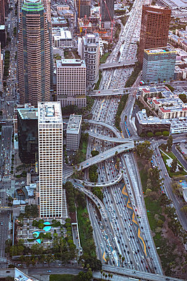 Aerial view of highway in Los Angeles cityscape, California, United States - p555m1305501 by Chris Sattlberger