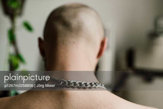 Back of head of bald man with armor chain - p1267m2258806 by Jörg Meier
