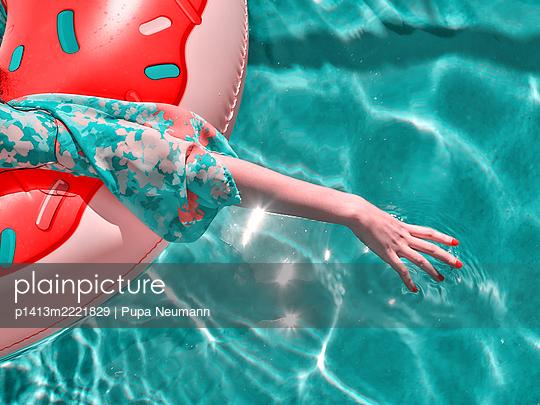 Entspannung im Pool - p1413m2221829 von Pupa Neumann