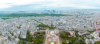 France, Paris, France, Paris, view to the city with Trocadero in the foreground and La Defense in the background - p300m1157339 by Zeljko Dangubic