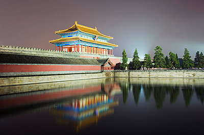 North gate of The Forbidden City reflected in moat, Palace Museum, UNESCO World Heritage Site, Beijing, China, Asia - p8711561 by Christian Kober