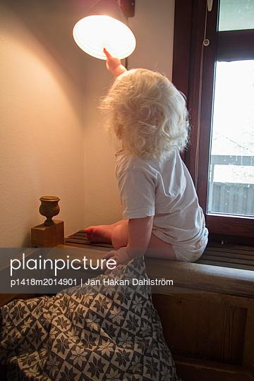 Kleiner Junge betrachtet Lampe - p1418m2014901 von Jan Håkan Dahlström