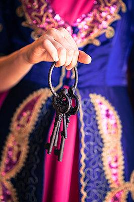 Frau hält antikes Schlüsselbund - p045m1486859 von Jasmin Sander