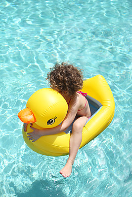 Child playing in a pool - p045m911679 by Jasmin Sander