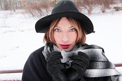 Schöne Frau mit Hut - p258m1200795 von Katarzyna Sonnewend