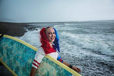 Surferin am Strand mit bunter Frisur - p1108m1194365 von trubavin