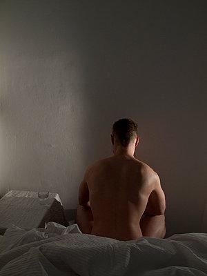 Mann auf dem Bett - p444m898526 von Müggenburg