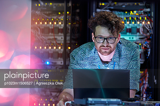 plainpicture | Photo library for authentic images - plainpicture p1023m1506527 - Focused male IT technician ... - plainpicture/Caiaimages/Agnieszka Olek