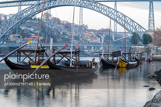 Portugal, Porto, Ribeira with boats on the river Douro - p1332m2197140 by Tamboly