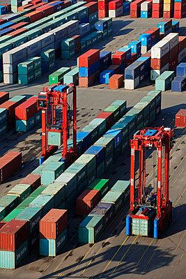 Containerterminal im Hafen Hamburg - p1099m882896 von Sabine Vielmo