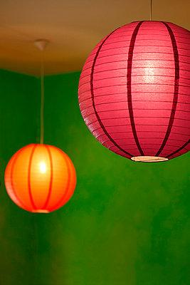 Rate und oragefarbene Papierlampe - p249m852160 von Ute Mans