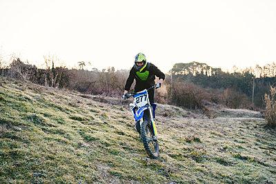 Motocross driver riding on circuit - p300m2103192 by Francesco Buttitta