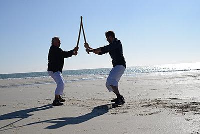 Men practising sword - p1631m2260155 by Raphaël Lorand