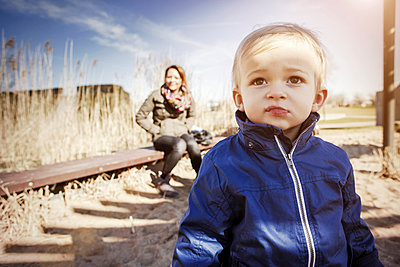 Germany, Oberhausen, toddler with mother on playground - p300m1019365f by Gabi Dilly