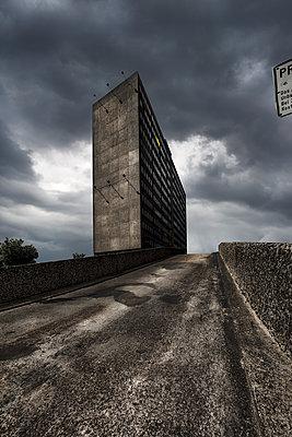 Dunkle Wolken über einem Hochhaus  - p710m1475399 von JH