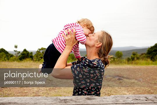 Mutter mit ihrem Baby - p6990117 von Sonja Speck