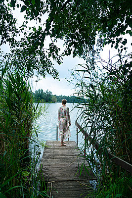 Woman by lake - p427m2109555 by Ralf Mohr