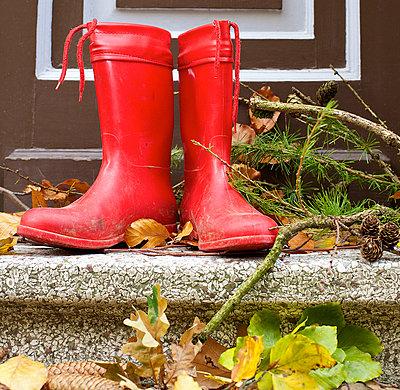 Rote Gummistiefel - p606m741165 von Iris Friedrich