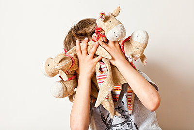 Kind mit Kuscheltieren - p781m1064332 von Angela Franke