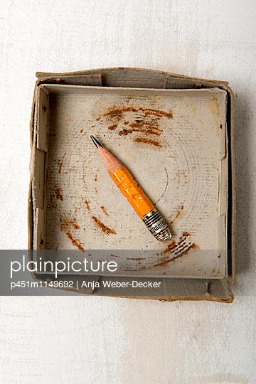 Alter Bleistift in Pappschachtel - p451m1149692 von Anja Weber-Decker