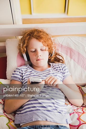 Musik hören - p904m1481107 von Stefanie Päffgen