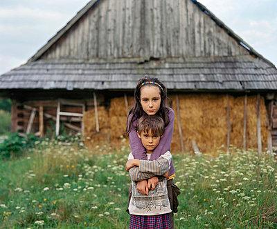 Portrait of siblings, Nowica, Poland - p92410965 by Franek Strzeszewski