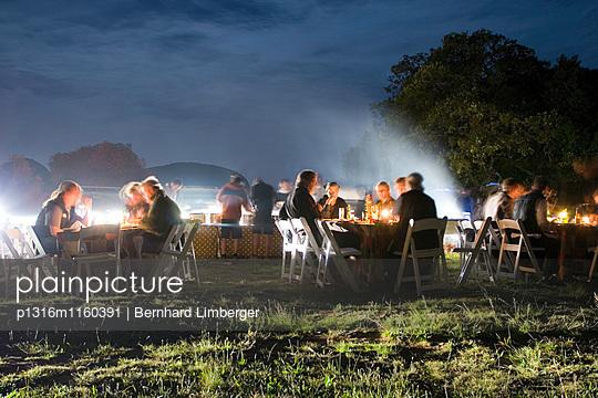 Leute beim Essen, Abendessen, Christmas Camp, Paarl Mountain, Süd Afrika, Afrika, mr - p1316m1160391 von Bernhard Limberger