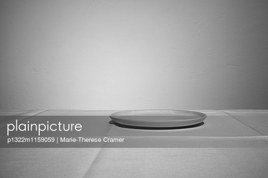 Ein leerer Teller auf einem Tisch - p1322m1159059 von Marie-Therese Cramer