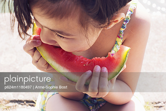 Girl eating watermelon, close-up - p624m1180497 by Anne-Sophie Bost