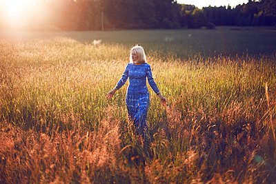 Summer girl - p1507m2027745 by Emma Grann