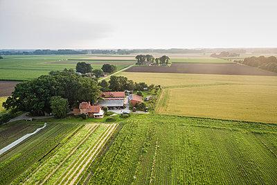 Abgelegener Bauernhof - p1046m1220968 von Moritz Küstner