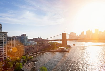 Elevated view of sunlit Brooklyn Bridge, New York, USA - p429m1095401f by Henglein and Steets