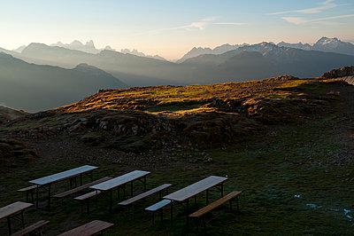 Biergarten im Hochgebirge - p470m1090561 von Ingrid Michel