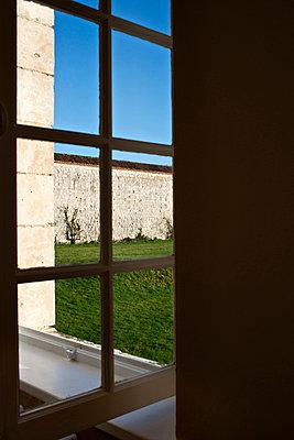 Offenes Fenster - p915m1005234 von Michel Monteaux