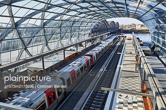 Empty Places - Hamburg, U-Bahn Elbbrücken - p1573m2173695 von Christian Bendel
