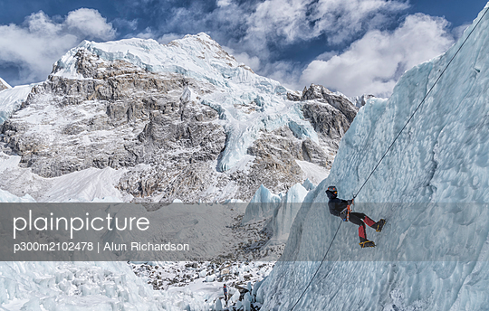Nepal, Solo Khumbu, Everest, Mountaineers climbing on icefall - p300m2102478 by Alun Richardson