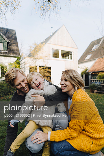 Happy affectionate family in garden - p300m2166652 von Kniel Synnatzschke