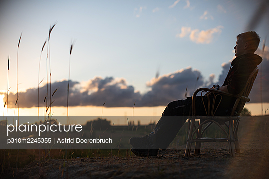 Enjoy the evening - p310m2245355 by Astrid Doerenbruch