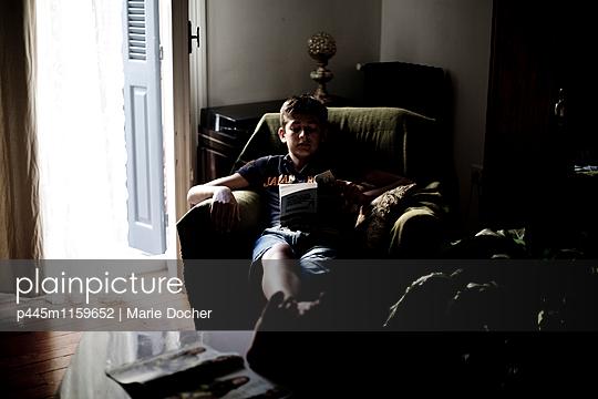 Junge liest ein Buch - p445m1159652 von Marie Docher