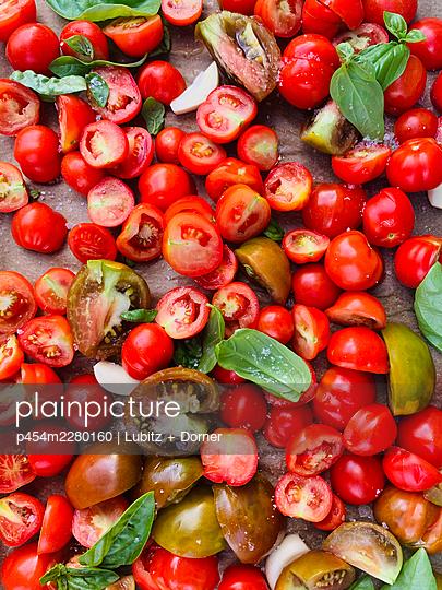 Basil tomatoes   - p454m2280160 by Lubitz + Dorner
