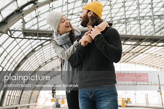 Happy young couple at the station platform, Berlin, Germany - p300m2154523 by Hernandez and Sorokina
