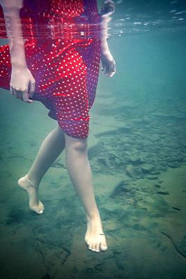Mädchen spaziert im Fluss - p1019m2100438 von Stephen Carroll