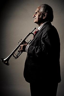 Alter Trompetenspieler - p1221m1073007 von Frank Lothar Lange