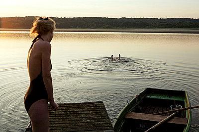 Woman and man at a lake - p4240274 by Justin Winz