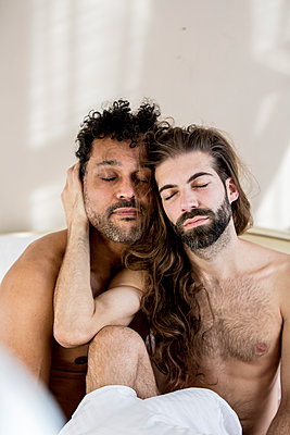 Gay couple in bed - p787m2115294 by Forster-Martin